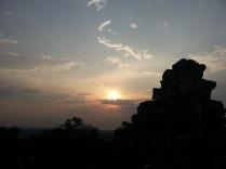 Matahari tenggelam di Ankor Wat